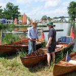 DSCF7502 TTBS members discussing boats